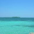 海から無人島を望む